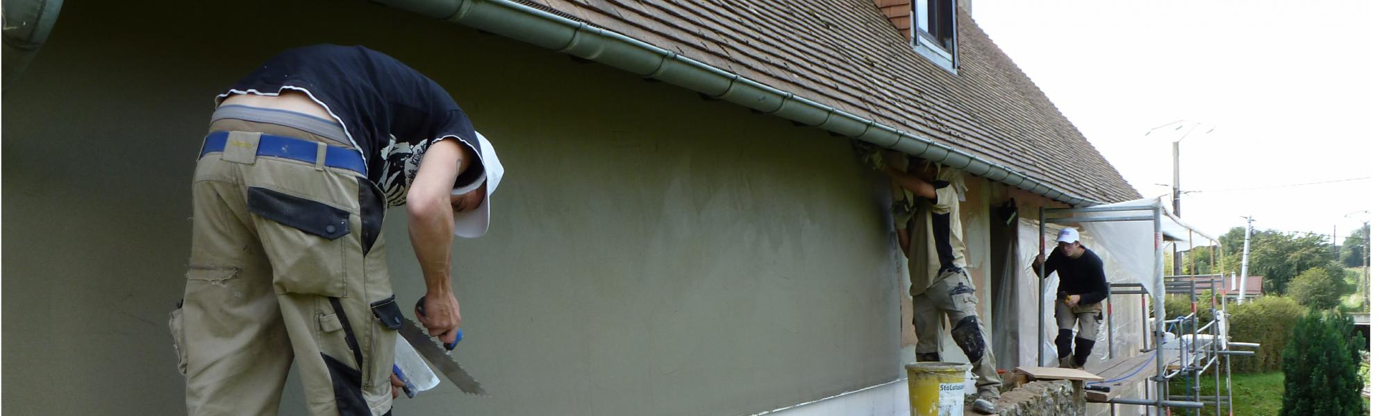 Travaux d'enduit sur facade isolé en panneau de fibre de bois et ouate de cellulose